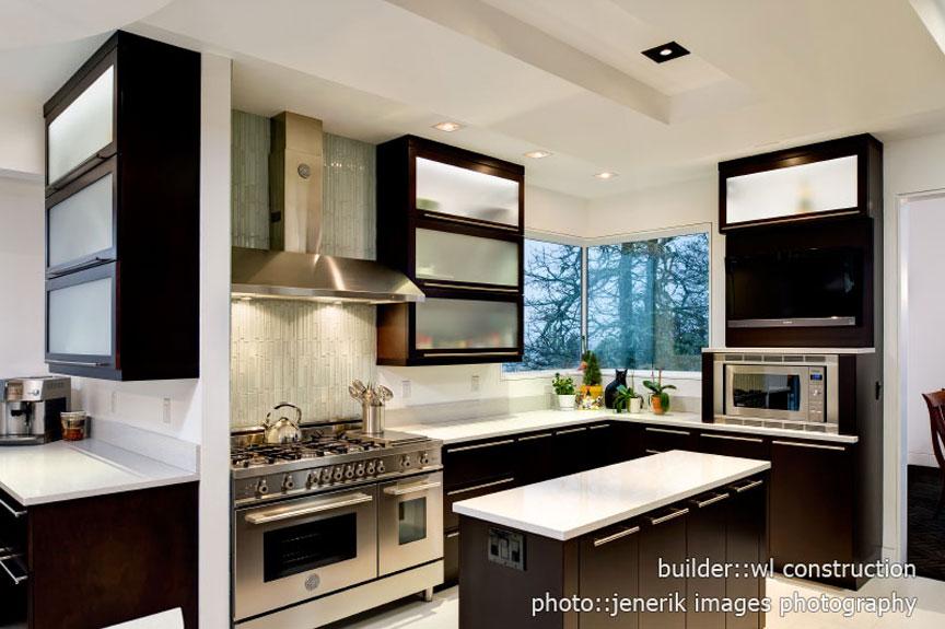 Light and dark contrasts make this kitchen pop